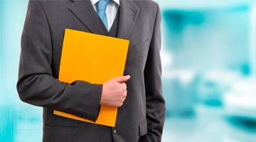 бухгалтер с оранжевой папкой